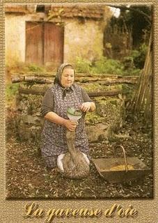 Photo représentant une femme gavant des oies devant une ferme Jewpop magazine