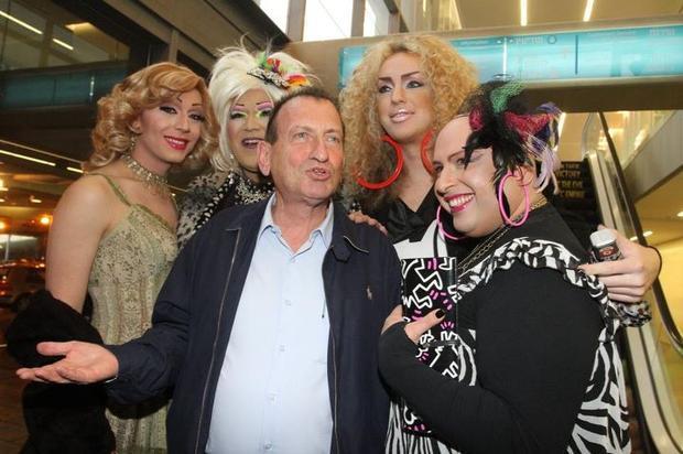 Photo représentant Ron Huldai, maire de Tel-Aviv avec des transexuels