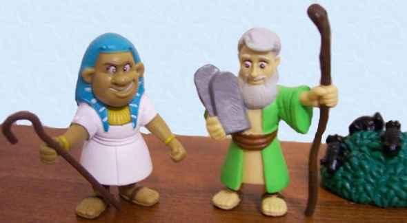 Photo représentant Moise et pharaon en figurines Haggadah Jewpop