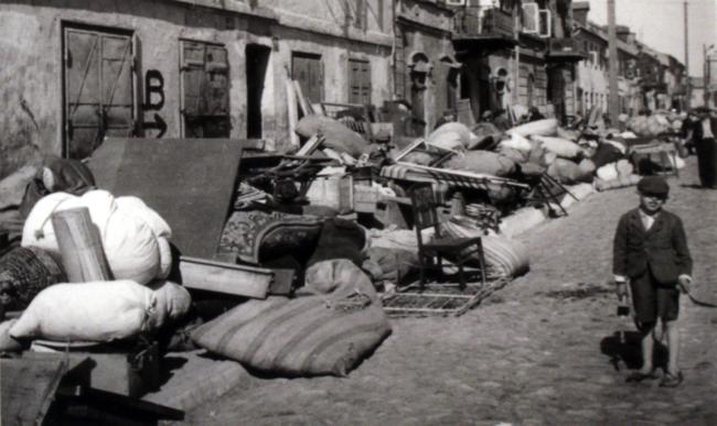 En 1940, un soldat de la Wehrmacht photographie l'évacuation forcée des juifs de Kutno vers le ghetto